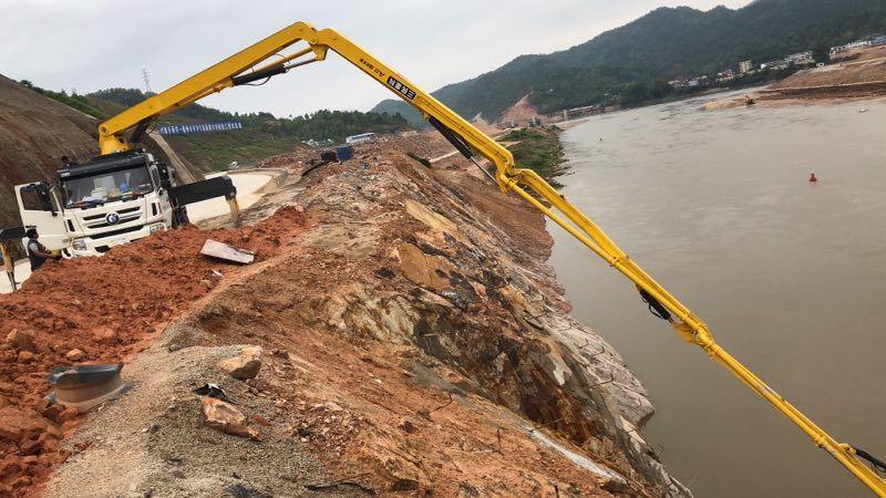 小型混凝土搅拌泵车在甘肃红崖山水库加高扩建